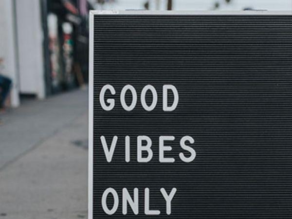 Kosten Vegetarismus: Schild auf dem steht: Good Vibes Only