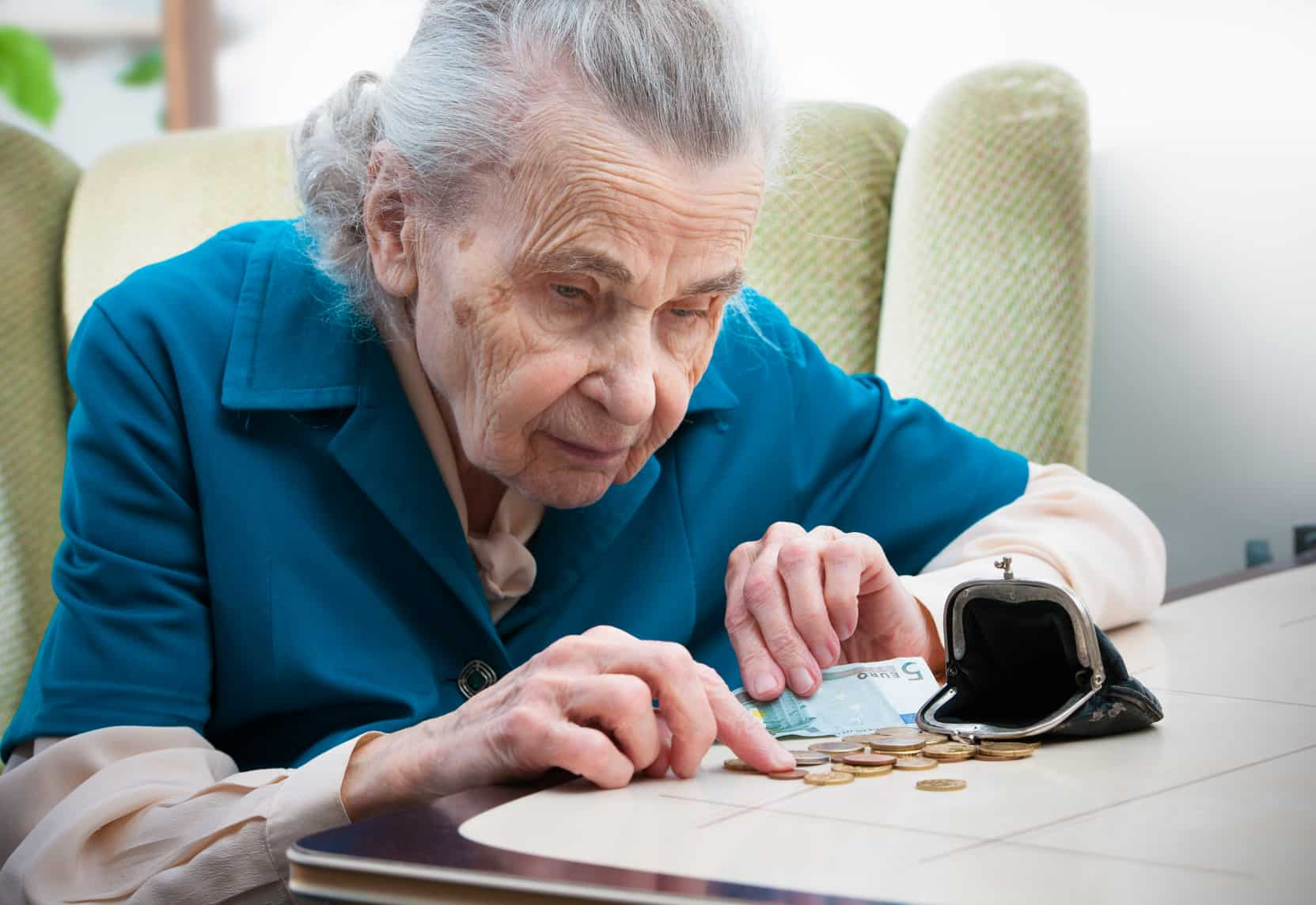 Einer alten Frau bleibt aufgrund einer drüftigen Renteninformation kaum etwas zum leben.