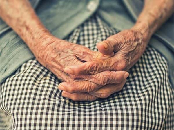 Altersvorsorge für Frauen: Eine alte Frau hat ihre Frau auf Ihren Schoß gelegt.