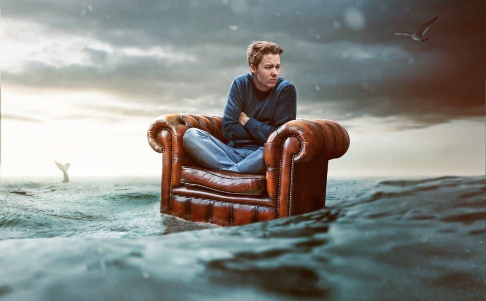 Mann auf See sitzt auf einem Sessel - die Beitragsgarantie in Riester und Co hat ihn finanziell ruiniert