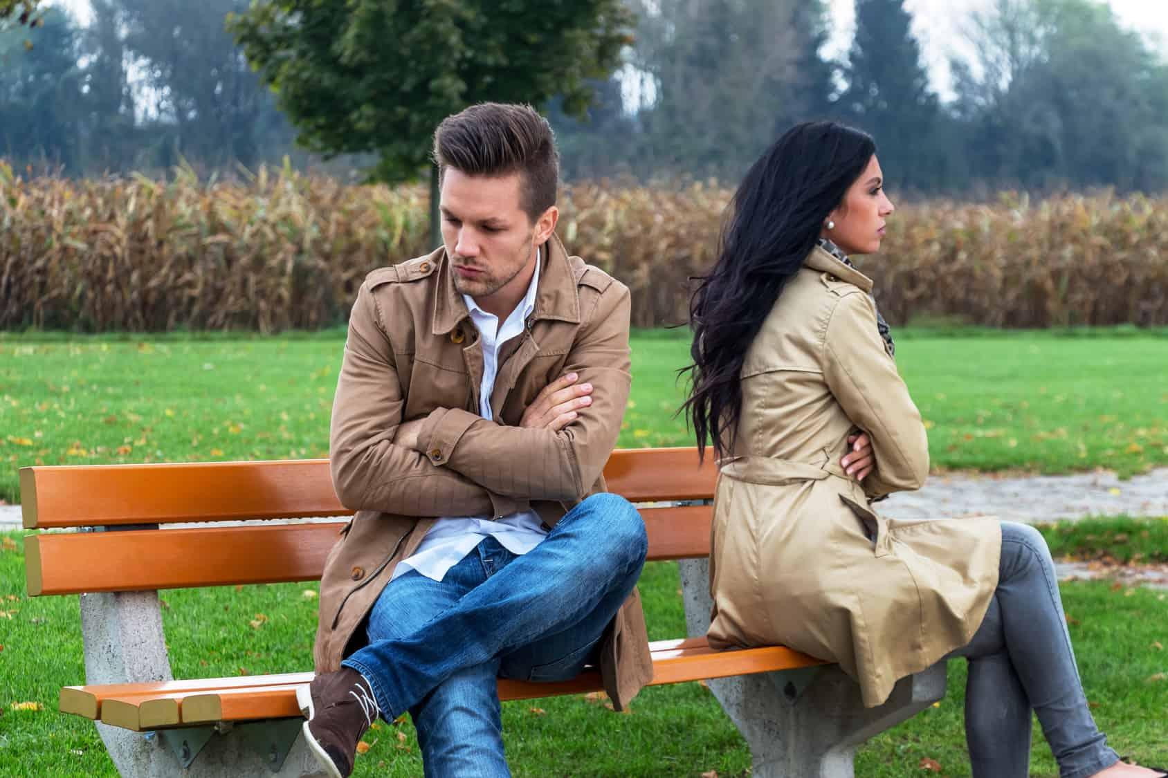 Paar streitet wegen Geld und ignoriert sich