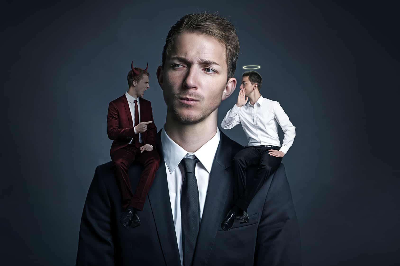 Leveraged ETF: Teufel und Engel sitzen auf den Schultern eines Mannes. Sie flüstern ihm positive und negative Argumente für einen Leveraged ETF ins Ohr.