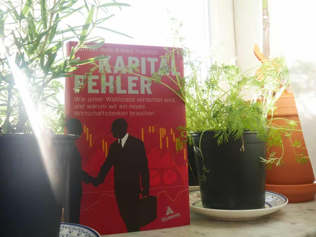 Wertefonds von Weik und Friedrich:Das Buch Kapitalfehler von Matthias Weik und Marc Friedrich im Kräutergarten der Finanzküche.