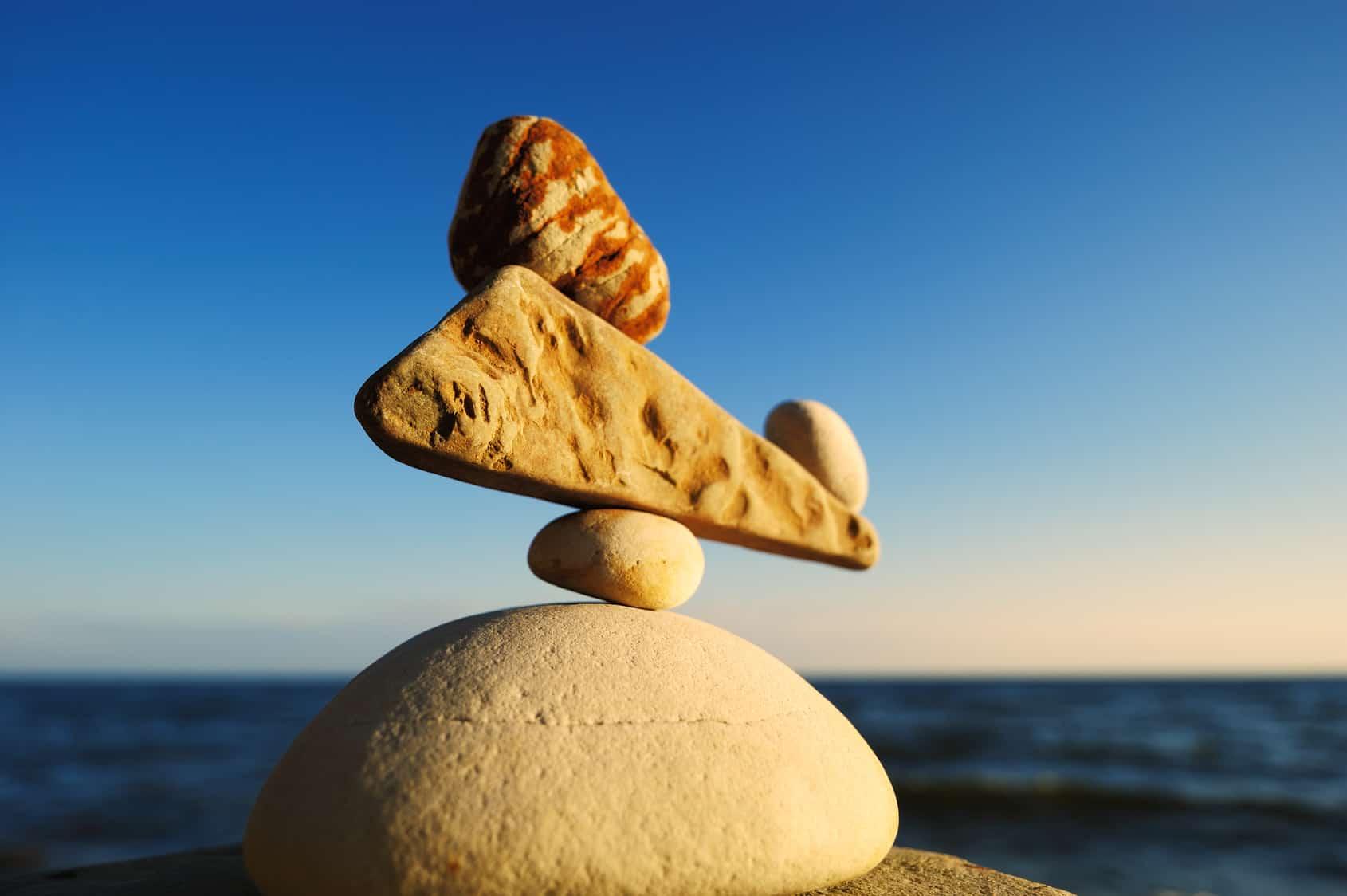 Rebalancing wird durch das Stapeln von Steinen symbolisiert