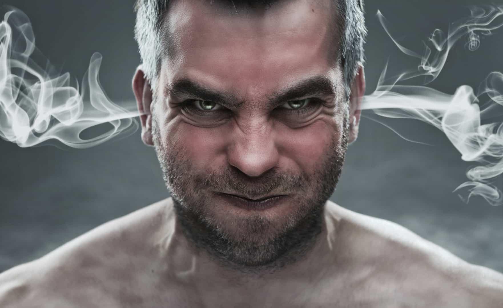 Mit Volldampf durch Zeiten niedriger Zinsen: Wütendem Mann kommt Qualm aus den Ohren