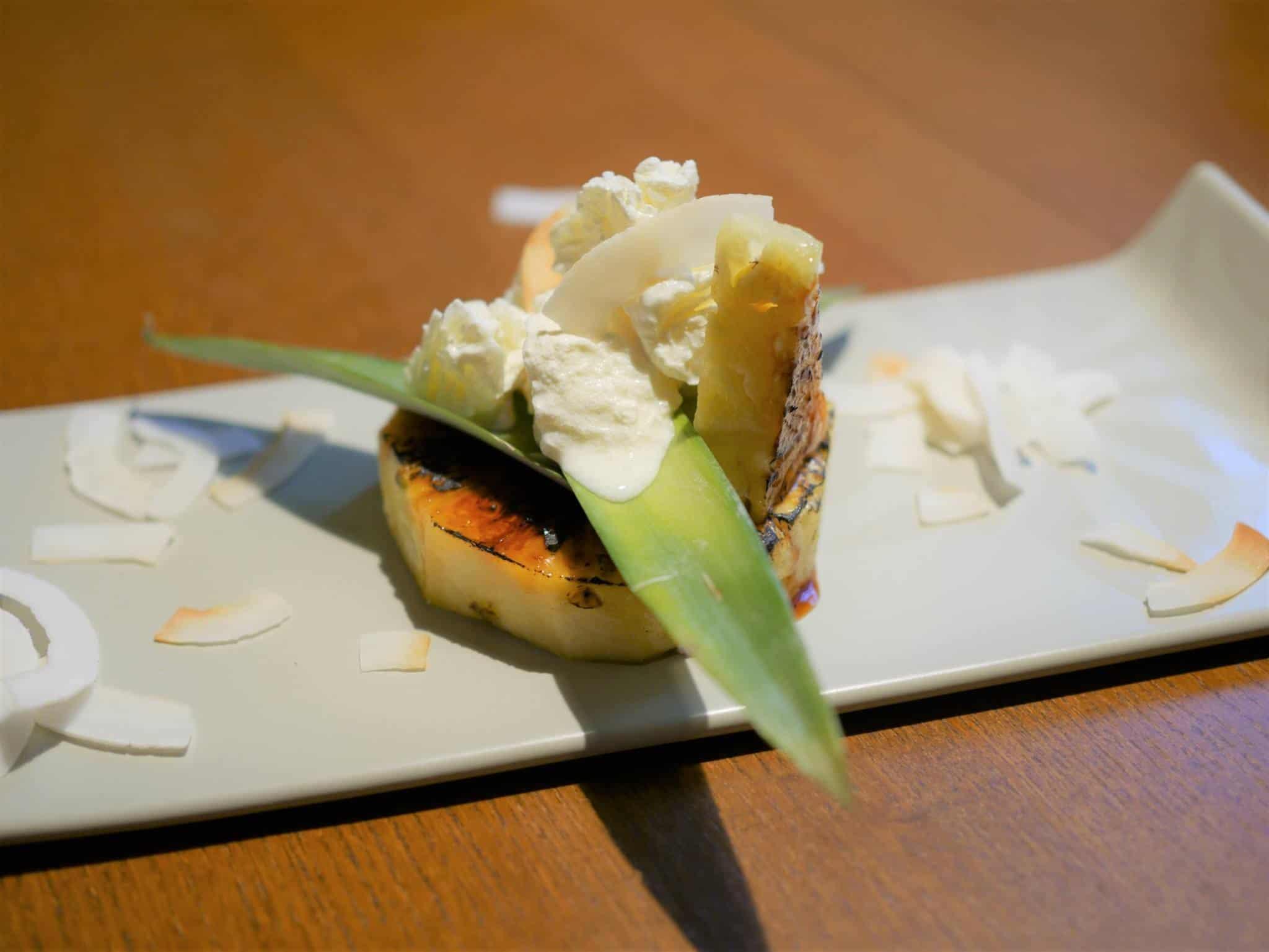 Flambierte Ananas mit Kokoschips. Selber kochen ist gesund und lecker.