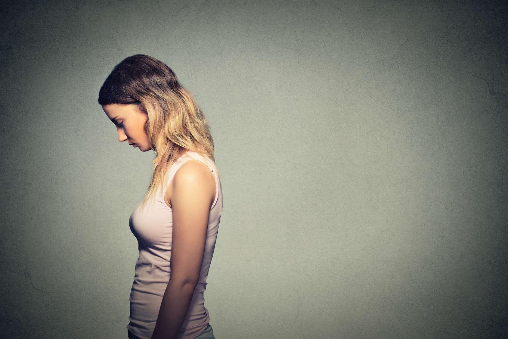 homo oeconomicus: Frau guckt traurig zu boden